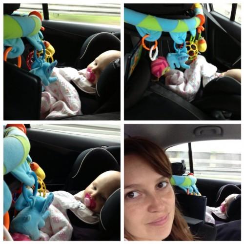 Dag 2 - Prinsessen i sin autostol med legetøj hænge foran sig og mini ipad ved sin side og ser Timmy Time.